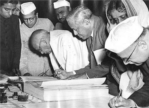 26 जनवरी 1950 अर्थात् गणतंत्र दिवस को भारतीय संविधान अस्तित्व में आया